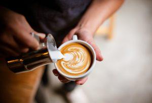 Káva slékem připravená kpodávání
