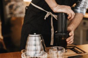 Příprava kávy vaeropressu