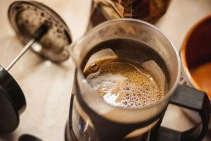 Káva je lahodná aanepřichází ocenné oleje aaromatické látky.