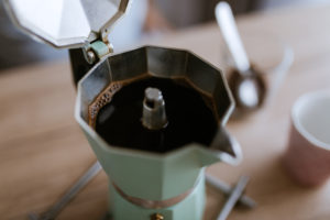 Příprava kávy vmoka konvičce