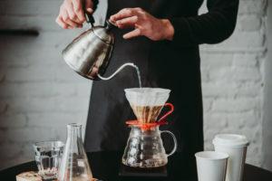 Příprava kávy vdripperu