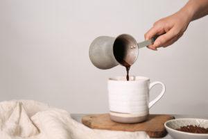 Tradiční turecká káva vdžezvě
